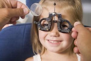 Врач подбирает очки ребенку