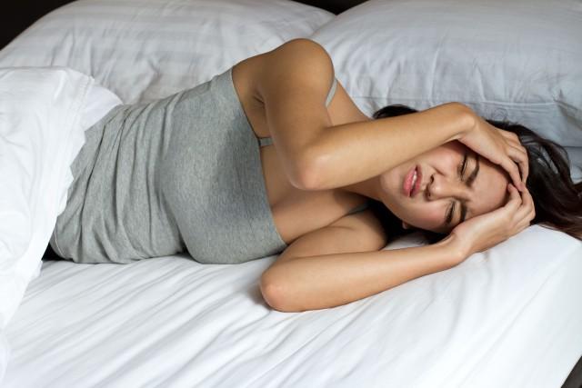 Женщина лежи в кровати