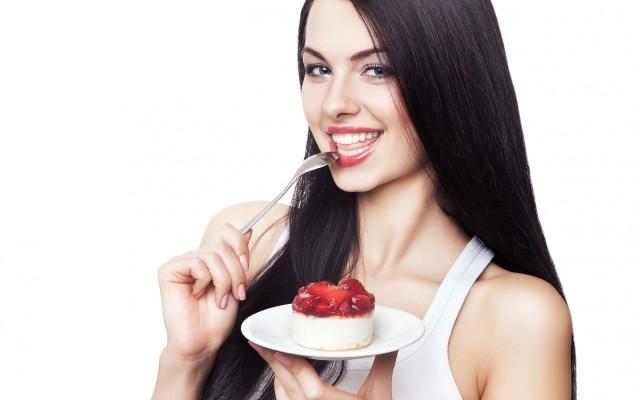 Женщина пробует торт