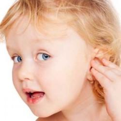 Девочка приложила руку к уху