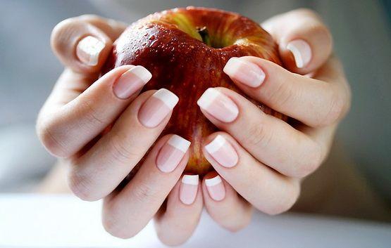 Руки держат яблоко