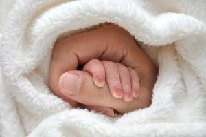 Рука ребенка в руке матери