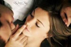 Прикосновение к губам женщины