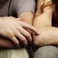 Мужчина касается руки женщины