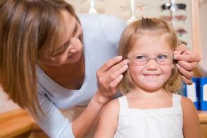 Девочке подбирают очки