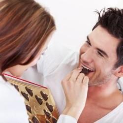 Женщина и мужчина едят конфеты