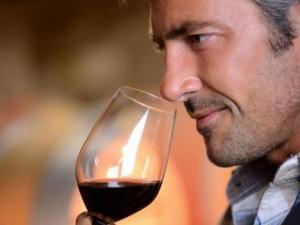Мужчина анализирует букет вина