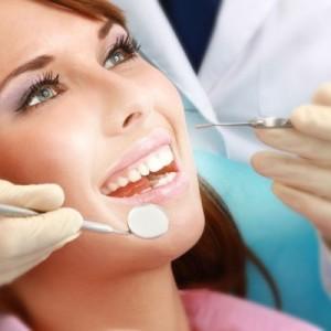 Девушка в кресле стоматолога