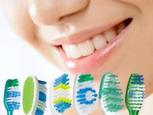 Зубные щетки и девушка