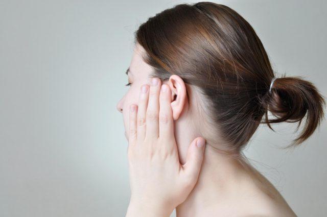 болят уши